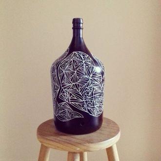 Desenho sobre garrafa.
