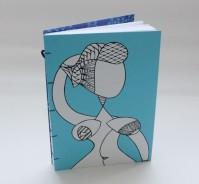 Encadernação artesanal copta com ilustração impressa na capa.